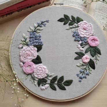 Vyšívaný obrázok - Broskyňové kvety a modrá hortenzia